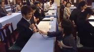 さくらんぼテレビの丹後谷アナウンサーからインタビューされている長南聡さん